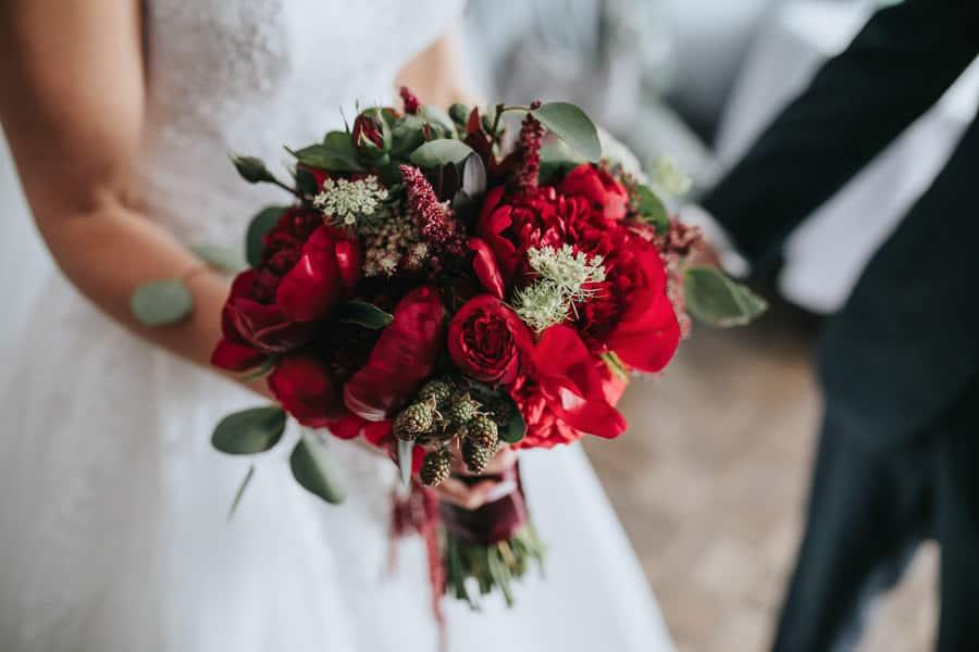 wesele w miętowych wzgórzach, bordowo-złote wesele, miętowe wzgórza ślub w stylu glamour, bukiet ślubny piwonie