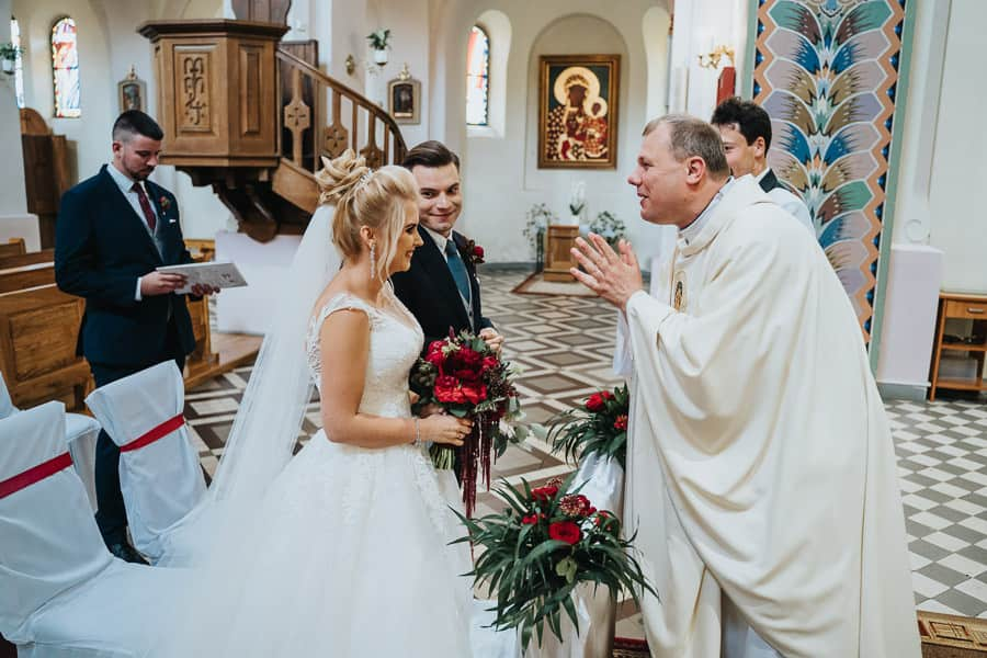 wesele w miętowych wzgórzach, bordowo-złote wesele, miętowe wzgórza ślub w stylu glamour, kościół kroczewo