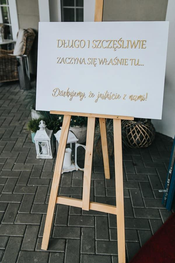 wesele w miętowych wzgórzach, bordowo-złote wesele, miętowe wzgórza ślub w stylu glamour, długo i szczęśliwie tablica