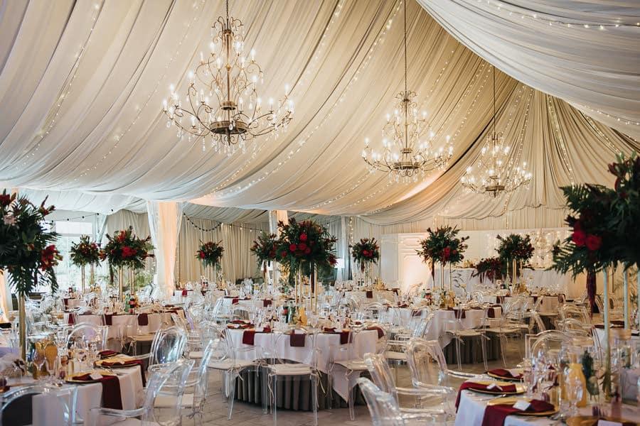 wesele w miętowych wzgórzach, bordowo-złote wesele, miętowe wzgórza ślub w stylu glamour, dekoracje