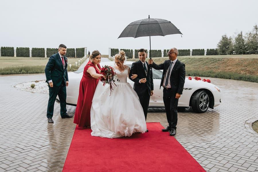 wesele w miętowych wzgórzach, bordowo-złote wesele, miętowe wzgórza ślub w stylu glamour, maseratti do ślubu