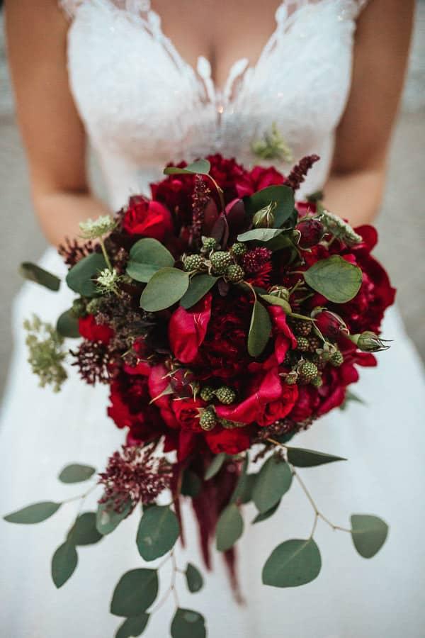 wesele w miętowych wzgórzach, bordowo-złote wesele, miętowe wzgórza ślub w stylu glamour, bordowy bukiet ślubny, piwonie