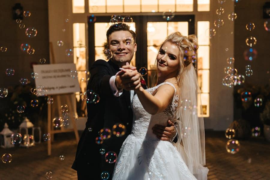 wesele w miętowych wzgórzach, bordowo-złote wesele, miętowe wzgórza ślub w stylu glamour, sesja ślubna bańki mydlane