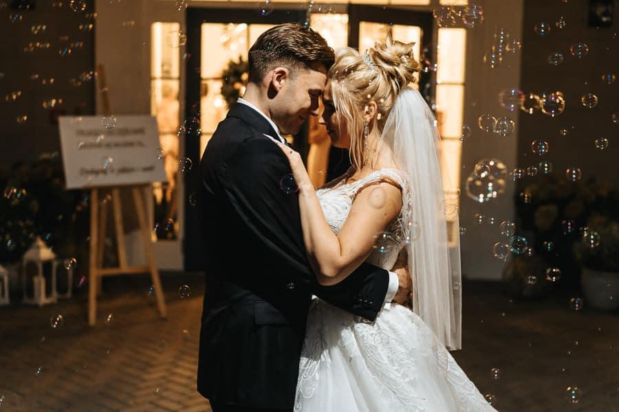 wesele w miętowych wzgórzach, bordowo-złote wesele, miętowe wzgórza ślub w stylu glamour, sesja banki mydlane
