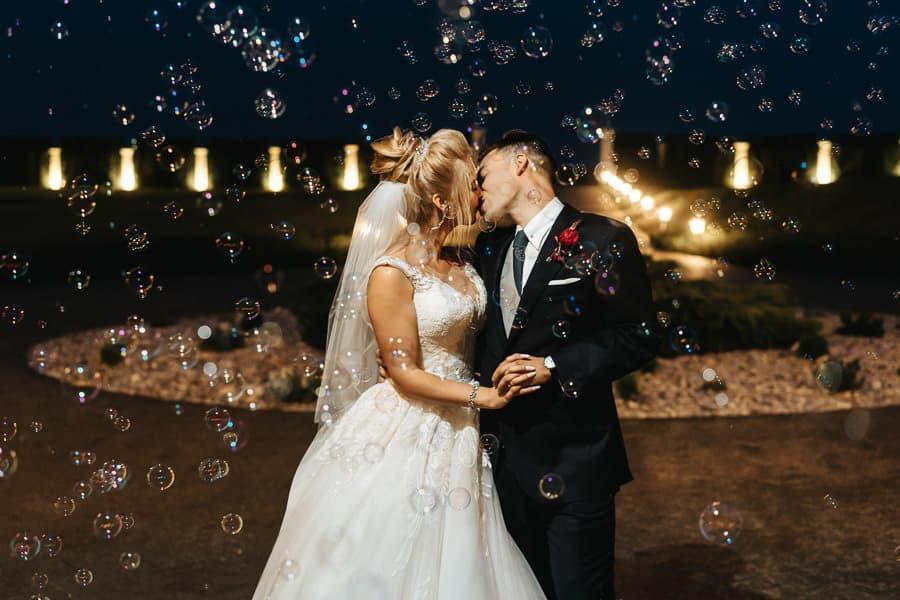 wesele w miętowych wzgórzach, bordowo-złote wesele, miętowe wzgórza ślub w stylu glamour, bańki mydlane