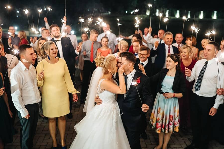 wesele w miętowych wzgórzach, bordowo-złote wesele, miętowe wzgórza ślub w stylu glamour, zimne ognie
