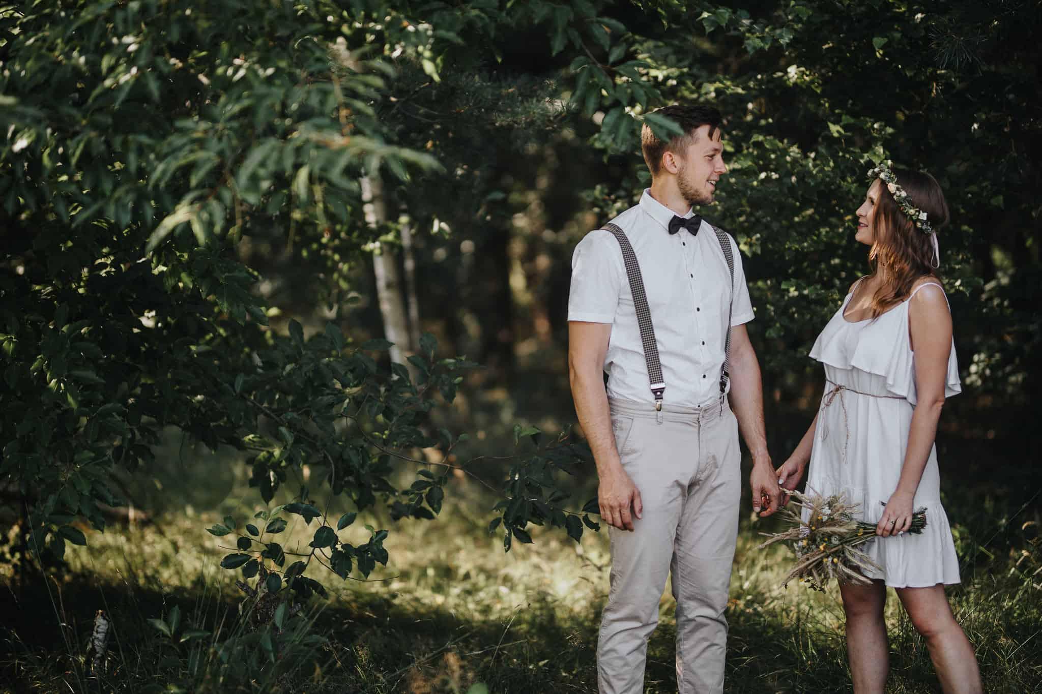 1-rustykalna-sesja-narzeczenska-w-lesie-2048px 1