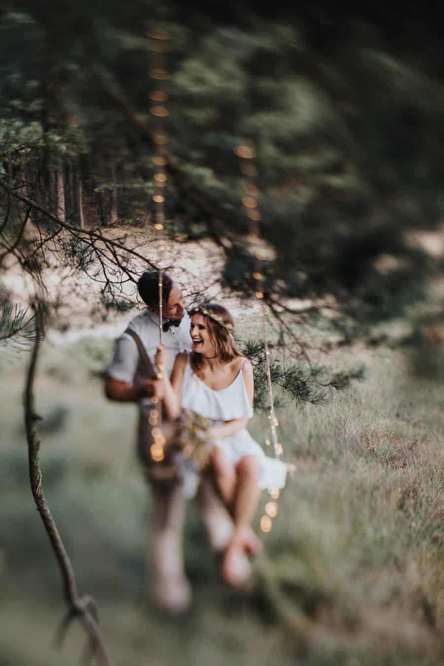 Rustykalna sesja narzeczeńska w lesie, sesja na huśtawce, tilt shift