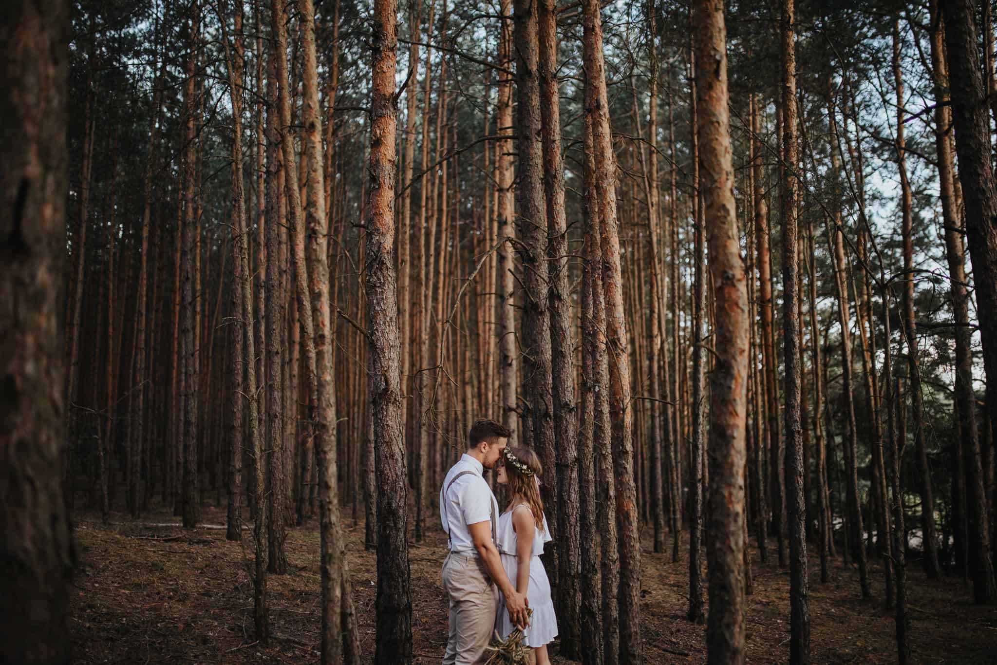 Rustykalna sesja narzeczeńska w lesie