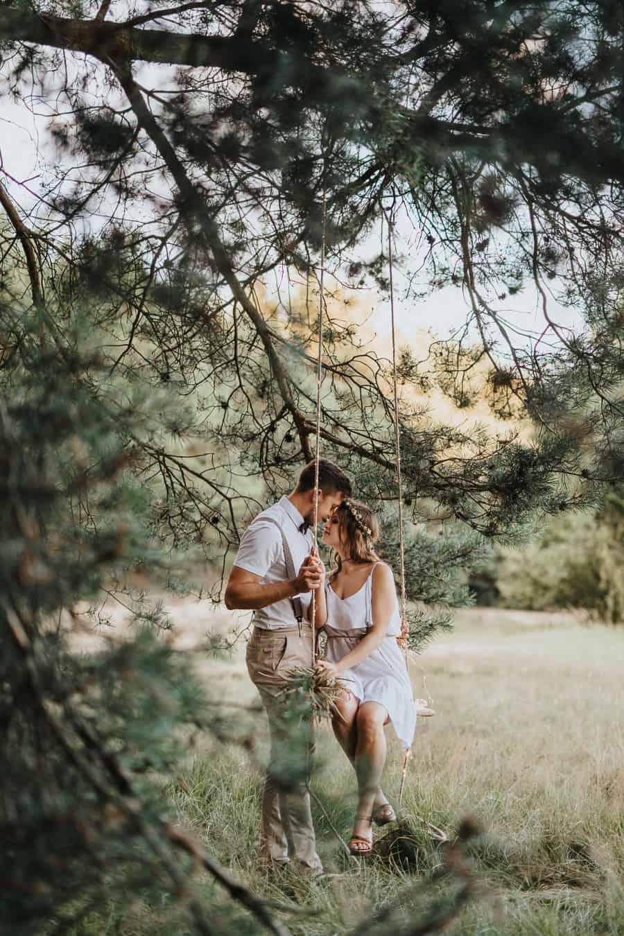 Rustykalna sesja narzeczeńska w lesie, romantyczna sesja na huśtawce