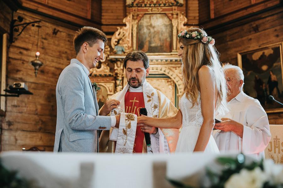 rustykalne-wesele-w-stodole-celinka-wilczkiewicz-00070 69