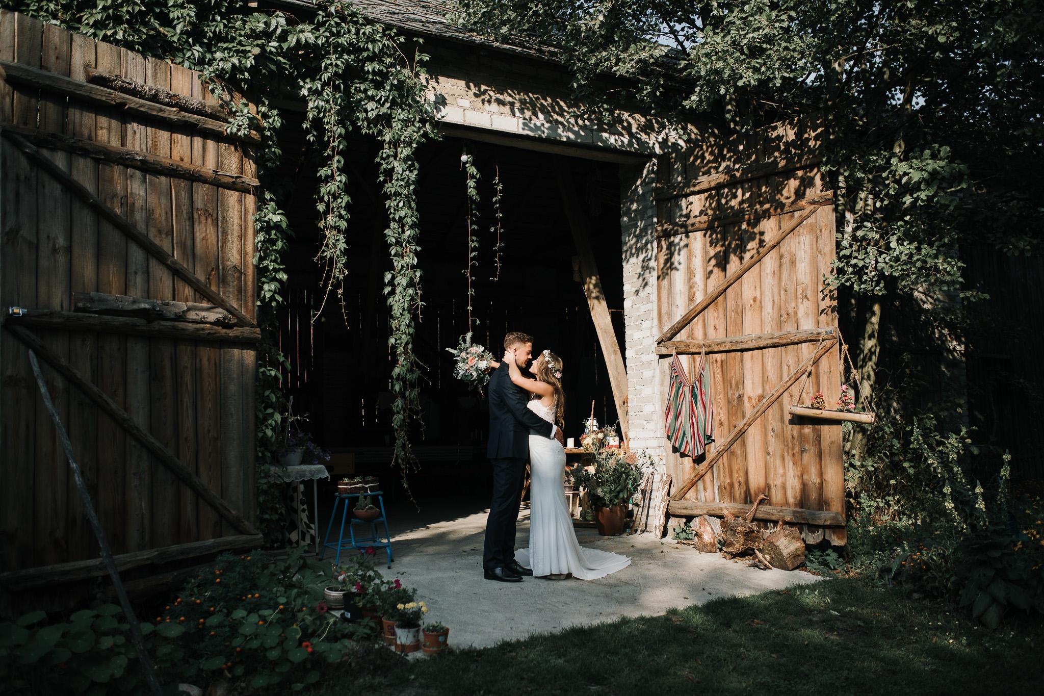 Sesja ślubna w stodole i szklarni 223
