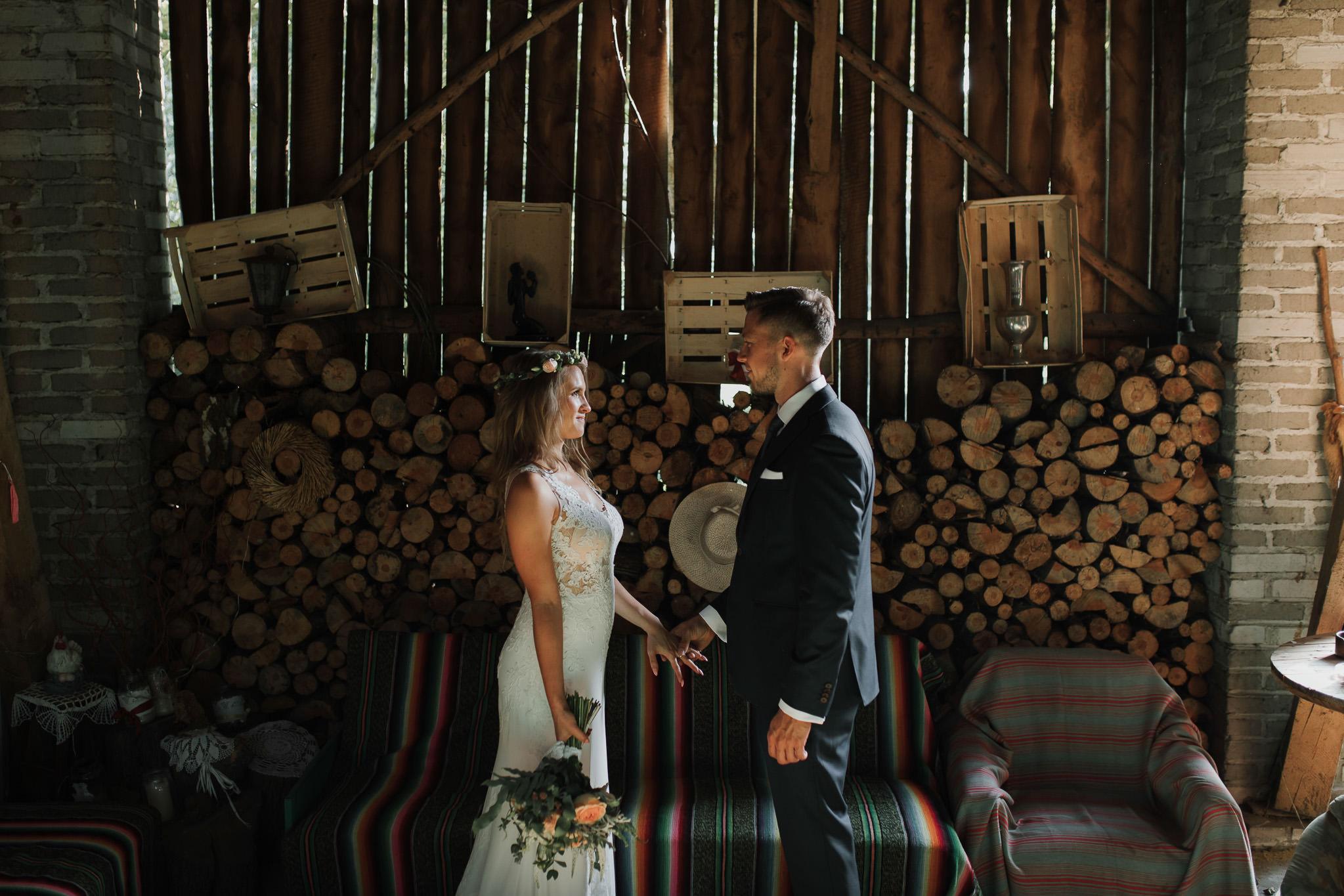 Sesja ślubna w stodole i szklarni 230