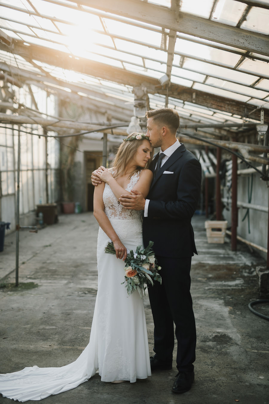 Sesja ślubna w stodole i szklarni 240