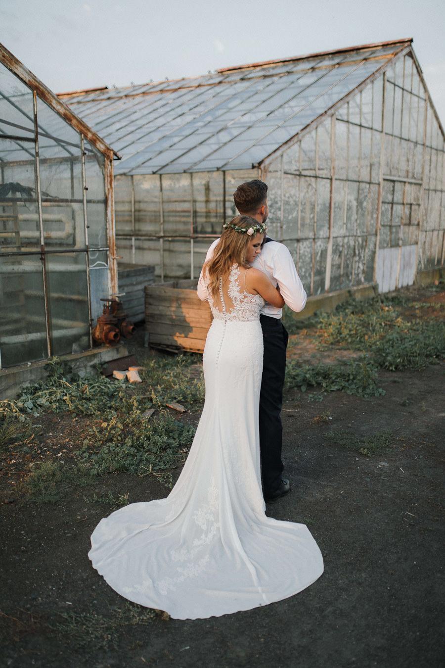 Sesja ślubna w stodole i szklarni 236