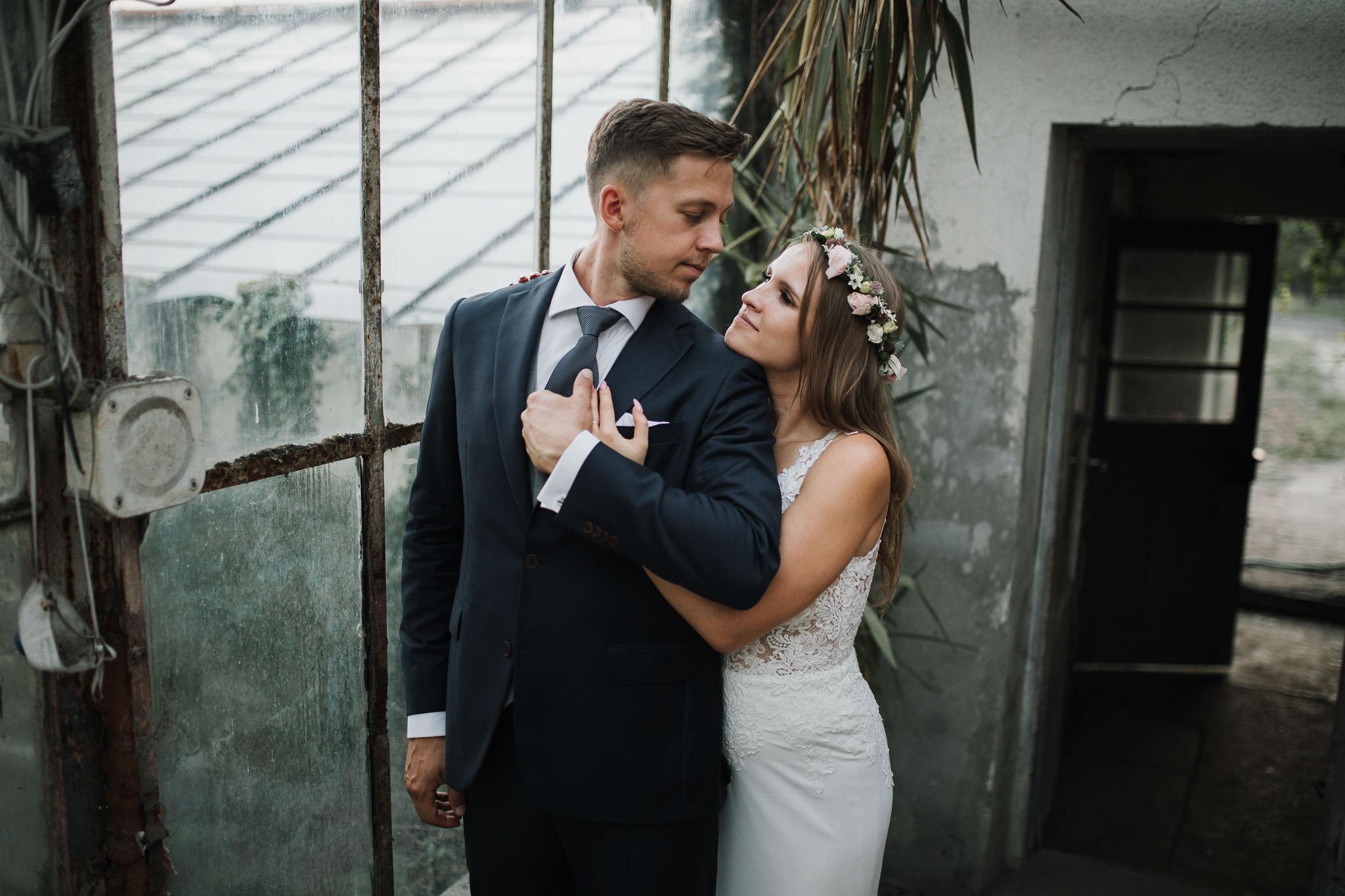 Sesja ślubna w stodole i szklarni 239